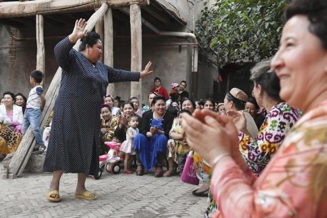中国政府2017年派出100多万名平民进入农村穆斯林「亲戚」家。图为维族妇女跳着传统舞蹈。取材自共同社