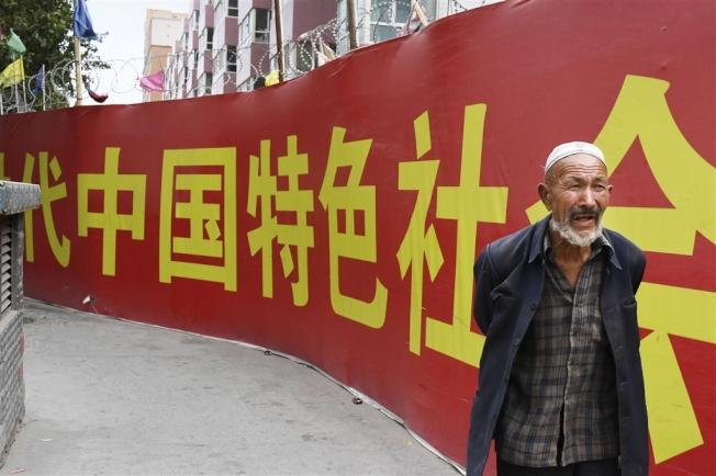 新疆街头随处可见共产党标语。取材自共同社