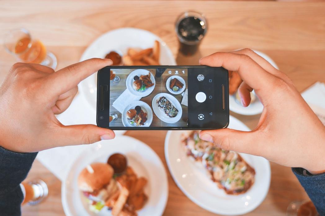 现在人爱打卡,用餐前总会先拍下美食照才开动。示意图/撷自pixabay