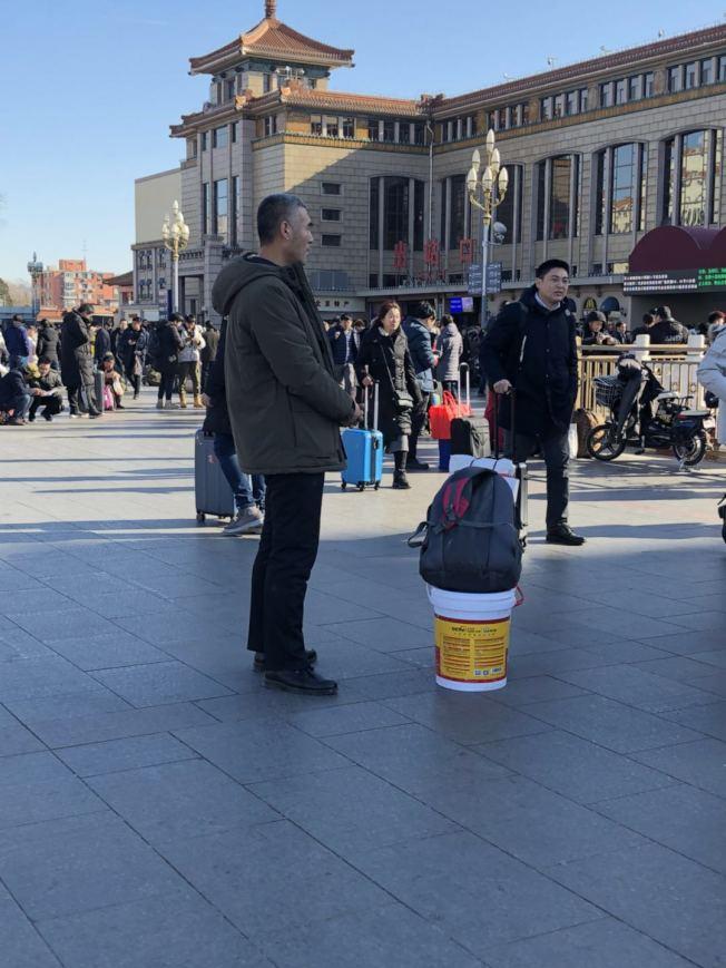 不少返乡者带上可放置物品也可当成椅子坐的「春运神器」涂料桶。记者许依晨/摄影