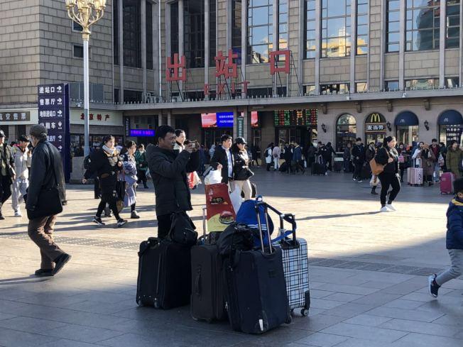 从陕西到北京打工的大爷带上了北京烤鸭,笑称「给村里人尝尝北京的味道」。记者许依晨/摄影