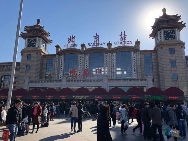 「全球最大地表移动」的中国春运21日正式拉开序幕,北京火车站已涌现大批返乡人潮。记者许依晨/摄影