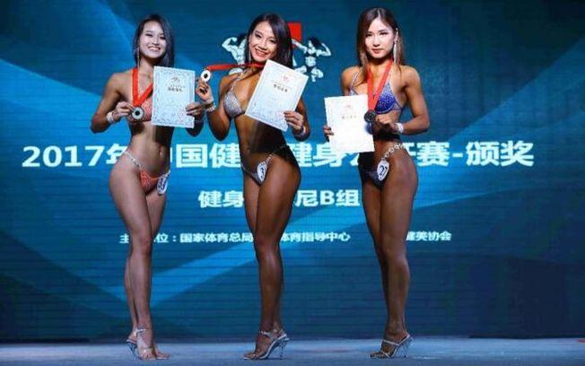 韦晓婷(中)获得 2017年女子健身比基尼B组冠军。 (取材自洱海网)