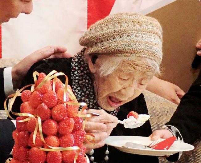 高龄116岁的田中加子9日获金氏世界纪录认证为全球最长寿长者。图为她正进食。 (Getty Images)