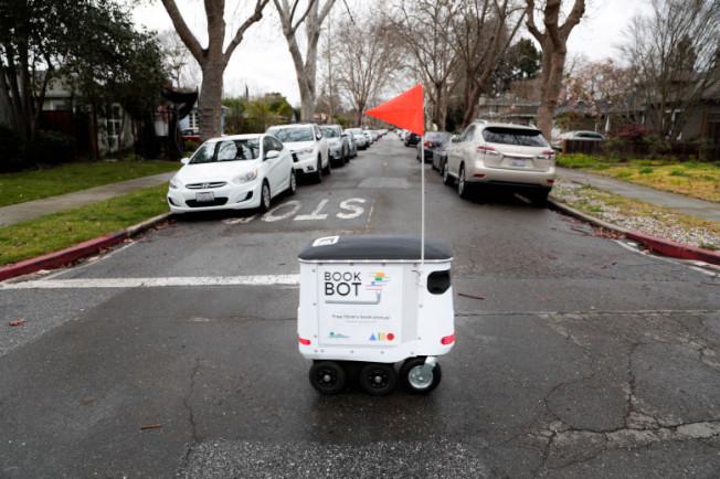 图书机器人开始上路。 (电视新闻截图)