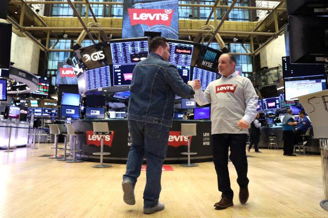 纽约股市交易员在挂牌首日穿着Levi's服装。路透