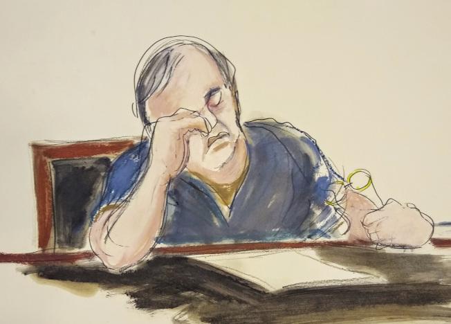 法庭素描画家笔的何志平,25日在纽约联邦法庭上被法官判处三年徒刑。 (美联社)