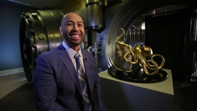 雷耶斯还特别做了只黄金章鱼,要来放这颗「巨无霸珍珠」。图片来源/CBC
