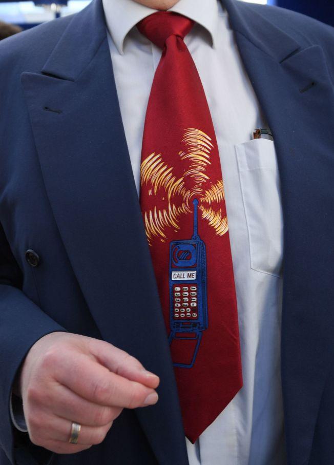 机器人拨出的骚扰电话无所不在,甚至连领带上的花纹也是手机讯号。 (Getty Images)