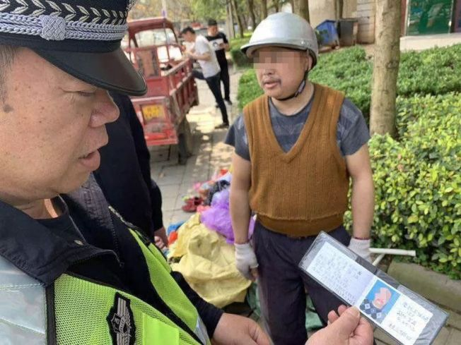 覃姓男子拿出自制的「机动车驾驶证」,让员警哭笑不得。 (取材自柳州新闻网)