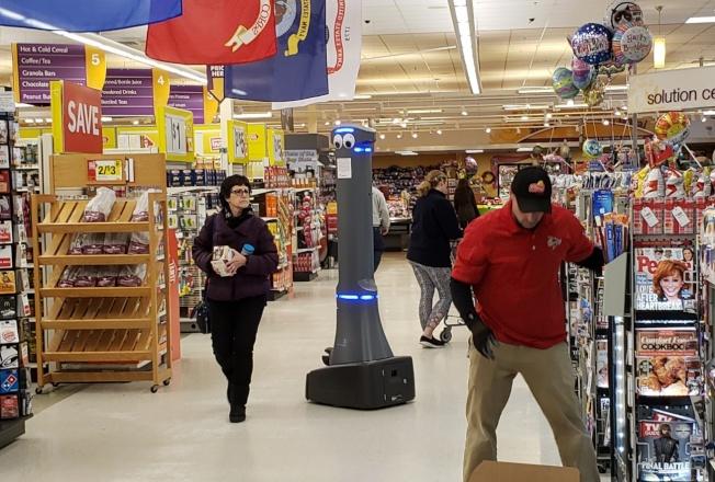 机器人「马蒂」在麻州倍得福镇Stop &Shop超市内巡逻。 (记者唐嘉丽/摄影)