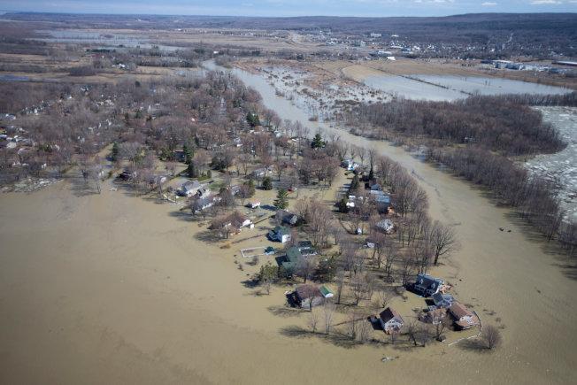 图为魁北克省里戈(Rigaud)不少地区21日都被水淹。 (路透)
