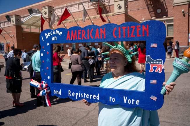 最高法院对人口普查问卷可否询问是否为公民的裁定,将影响全美政治版图。图为一名权益人士打扮成自由女神,在德州移民入籍活动场外推动选民登记。 (Getty Images)