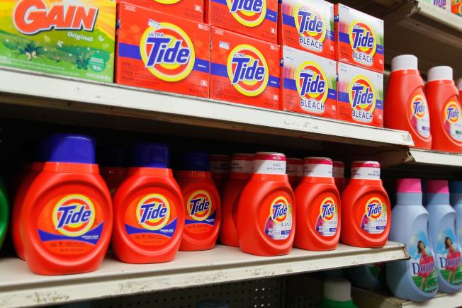 消费者可能以为最大瓶装的洗衣精最便宜,但记者发现其实中瓶装才最划算。 (Getty Images)