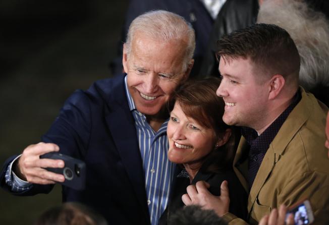 前副总统白登的2020年总统选战本周开跑,他在爱阿华州的头四场造势活动中大打感性牌,花了很多时间与选民搏感情。图为白登与民众合照。 (美联社)
