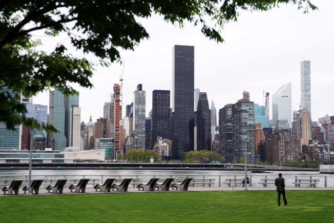 位于纽约市曼哈顿、90层高的「川普世界大楼」(中)在未获国务院同意下,租给外国政府,可能让川普触犯美国宪法的薪酬条款。 (路透)
