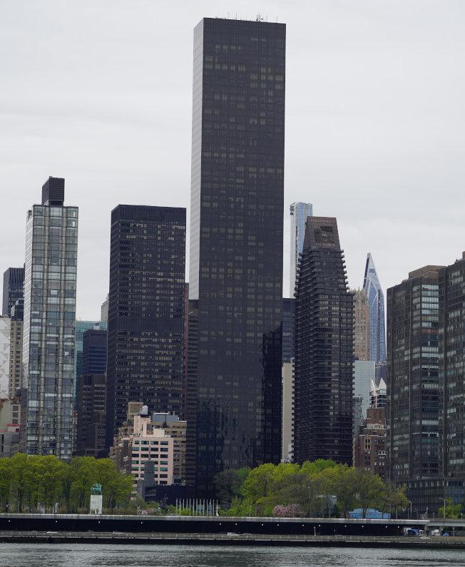 位于纽约市曼哈顿东河畔、90层高的「川普世界大楼」(中)在未获国务院同意下,租给外国政府,可能让川普触犯美国宪法的薪酬条款。 (路透)