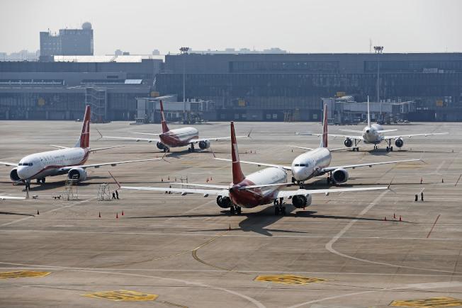上海梅雨、台风季节将至,停飞的部分波音737MAX已转往北方封存。图为此前停放在虹桥国际机场的波音737MAX。 (路透资料照片)