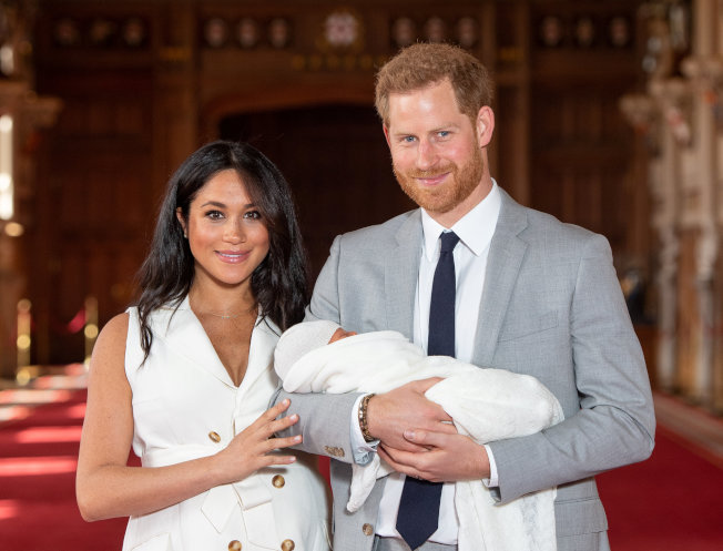 梅根与哈利王子开心抱着儿子现身没两天,就成为八卦刊物攻击抹黑的目标。图/路透资料照片