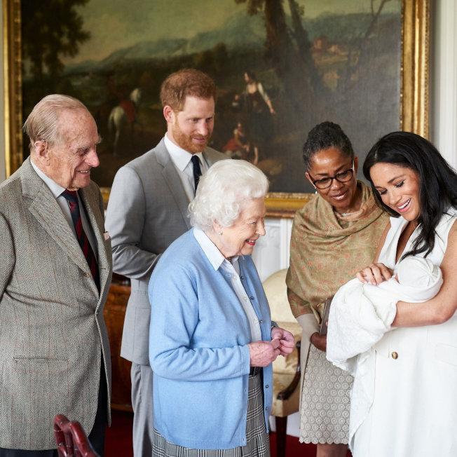 英国女王伊莉莎白二世和夫婿菲利普笑着接见孙儿哈利、孙媳梅根与新出生的曾孙亚契。图/路透资料照片