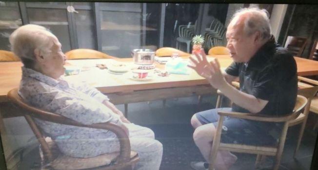 嘉义县大林慈济医院失智症中心主任曹汶龙(右)照护90岁失智老母亲(左)。记者鲁永明/翻摄