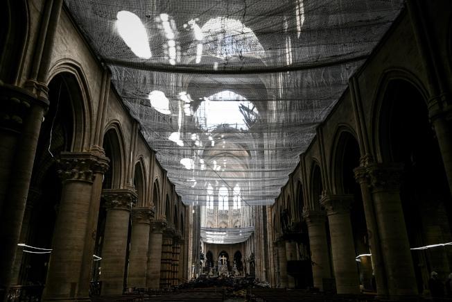 大火后一个月,圣母院的重建仍有漫漫长路要走。美联社