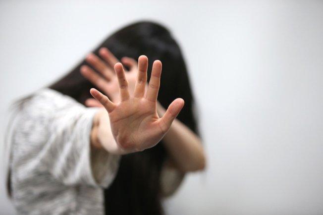 女事主报称有人向其淋泼火水,更扬言要烧死她,她从住所逃脱后,逃到100米外一间学校门外,送院时手部受伤,面部红肿。示意图。 (本报资料照片)
