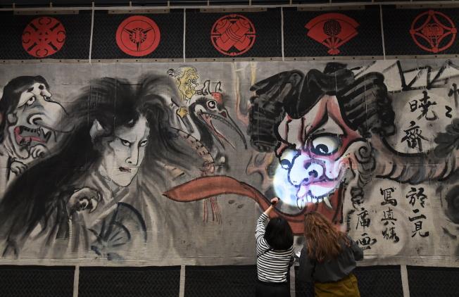 在「Power of Line」区,则挂上了17公尺长、高4公尺的浮世绘《新富座妖怪引幕》,为19世纪鬼才画师河锅晓斋的作品,透过这幅描绘妖怪幽灵各种作祟样态的浮世绘,以此展现日本漫画图像与表现手法的承先启后。 (欧新社)