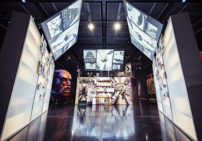 大英博物馆漫画展一景,中央为日本漫画书店的视觉示意,表现漫画与社会生活的关系。 (取材自British Museum)