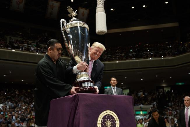 川普向「千秋乐」比赛冠军朝乃山授予「美国总统杯」。 (美联社)