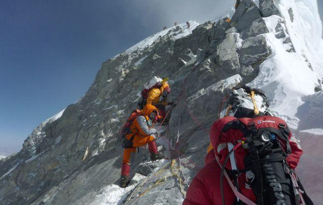 珠峰近十日有最11名登山者死亡,尼泊尔当局本季发出破纪录的381张登山证。 (Getty Images)