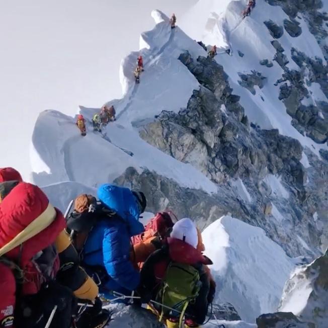 最近攀登世界最高峰珠峰的登山客络绎不绝,在绝缘峭壁上排队攻顶,但也因失温缺氧造成严重死伤。 (路透)