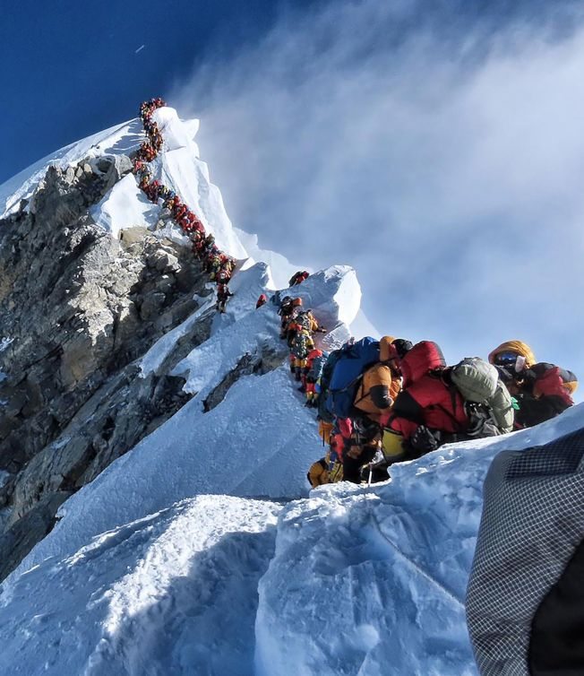 最近攀登世界最高峰珠峰的登山客络绎不绝,必须排队数小时才能攻顶,但也因此失温缺氧造成严重死伤。图╱Getty Images