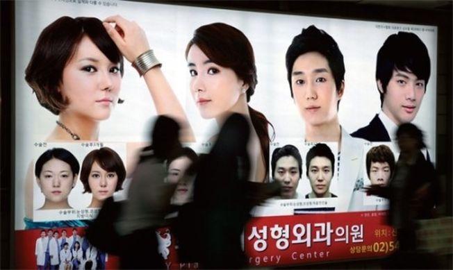 南韩整形医美业发达,首尔地铁里,随处可见整形外科广告。天津一名女子慕名前往南韩整形,却因为呼吸困难意外变成植物人。 (取材自海外网)