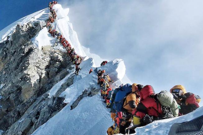 现在正是珠峰攀登季节,今年攀登者特别多,图为27日峰顶出现的人龙;由于人多,今年的攀登季已有11人死亡。 (取自推特)