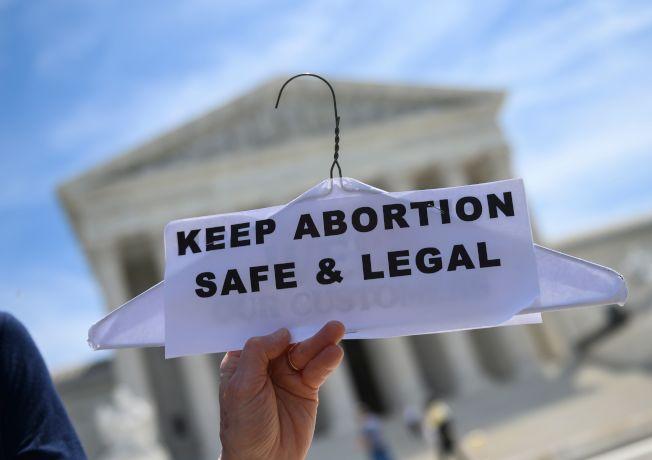 许多妇女在华府联邦最高法院前示威,要求保障妇女有选择堕胎的权利。 (美联社)