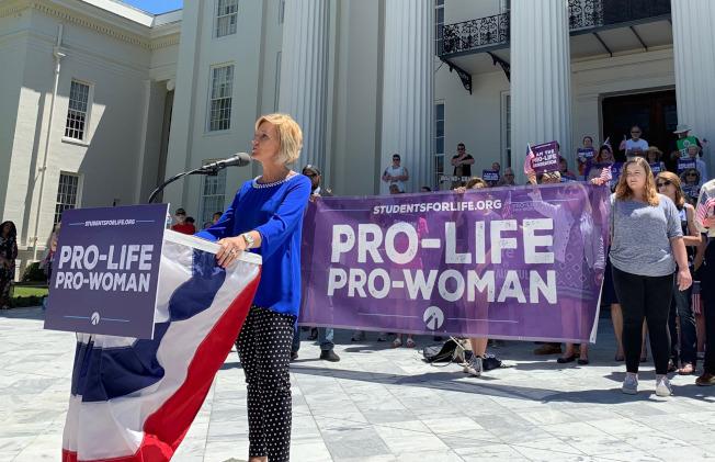 阿拉巴马州民众示威争取堕胎权利。 (美联社)