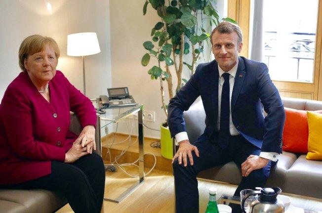 欧盟各国领袖28日举行欧洲议会选举之后的首次非正式餐会,讨论欧盟未来五年的新领导人选,但欧洲两大巨头德国总理梅克尔(左)和法国总统马克宏,对于接替容克的欧盟执委会主席人选意见相左。 (路透资料照片)