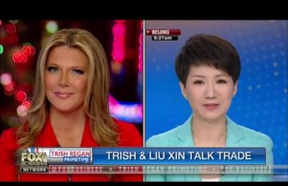 美中女主播辩论,福斯商业频道女主播翠西.雷根(左)与中国环球电视网主播刘欣,两人隔空针对美中贸易战的对话,受到大批美中民众的关注。 (截自福斯商业频道)