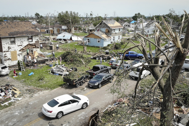 龙卷风侵袭俄亥俄州,图为德顿一个社区的灾后景象。 (美联社)