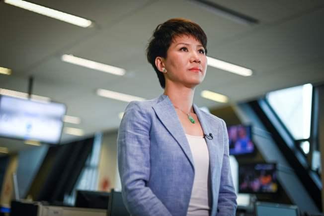 中国国营的环球电视网主持人刘欣与美国福斯商业频道主播翠西.雷根隔洋对话后,接受中国央视采访。 (Getty Images)