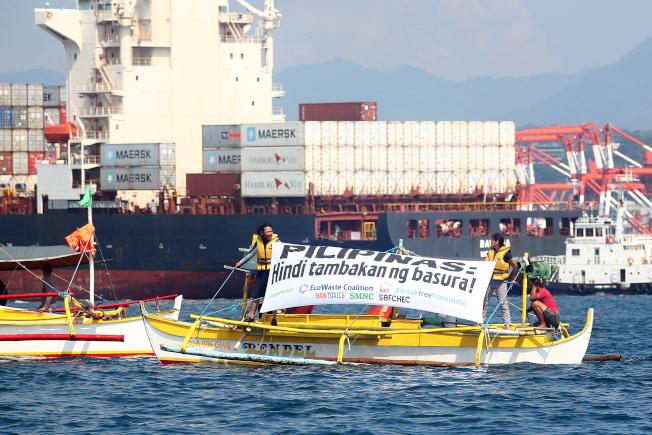 加拿大雇货轮赴菲律宾苏比克湾,预计31日将运回69个货柜垃圾。绿色和平组织成员30日搭小艇出海靠近加拿大所雇船只,举布条「菲律宾:我们不是垃圾场」表达诉求。 (欧新社)