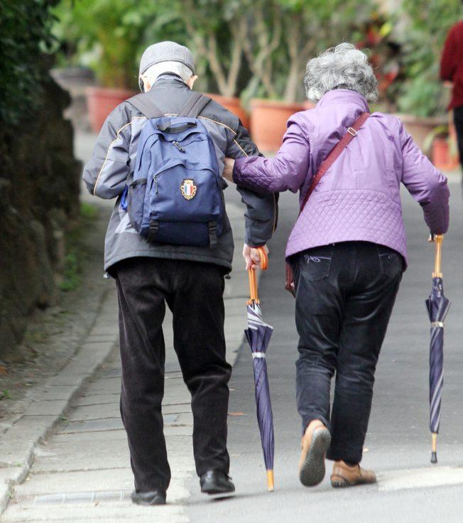 有些长辈使用长柄雨伞替代拐杖,专家说这其实是危险的做法。 (本报资料照片)