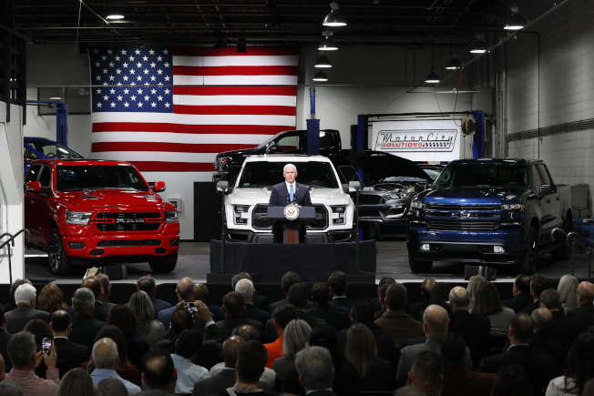 美国汽车工业采用许多墨西哥生产的零件,图为副总统潘斯在密西根州谈论新的美墨加贸易协定。 (美联社)