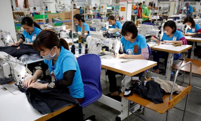 新研究报告显示,全球时尚品牌未能履行承诺,为劳工提供生活薪资。图为河内成衣厂工人。 (路透)