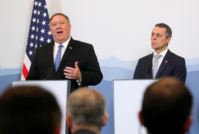 庞培欧(左)2日在瑞士表达愿无条件同伊朗进行对话。路透