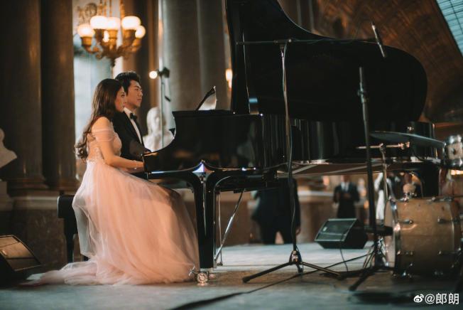 郎朗与同为钢琴家的妻子即兴演奏。 (取自微博)
