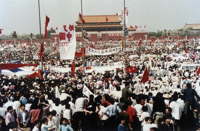 1989年5月17日的天安门广场聚满要求民主改革的大学生,不久后遭到中共武装血腥镇压,中共至今不认罪。 (美联社)