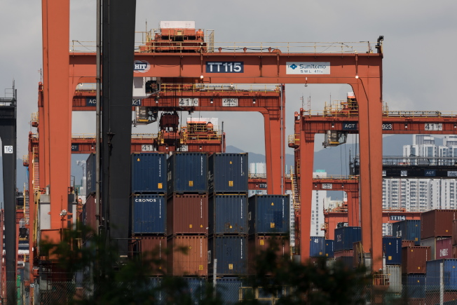 美国对中国货加征关税后,中方也采取报复措施,僵局一时难解。图为香港的葵青货柜码头。 (欧新社)