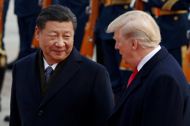 美国加征中国关税后,中国也祭出黑名单反制,美中贸易战一时难解。图为川普总统2017年访问北京,会见中国国家主席习近平。 (路透)